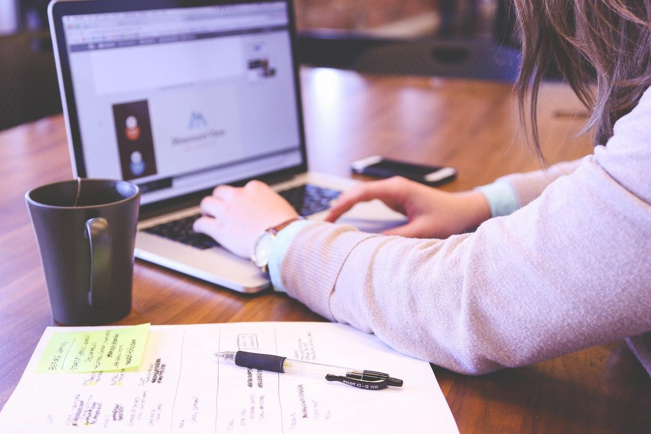 2 tipos de dados do cliente para aprimorar suas campanhas de marketing (Foto de Startup Stock Photos no Pexels)